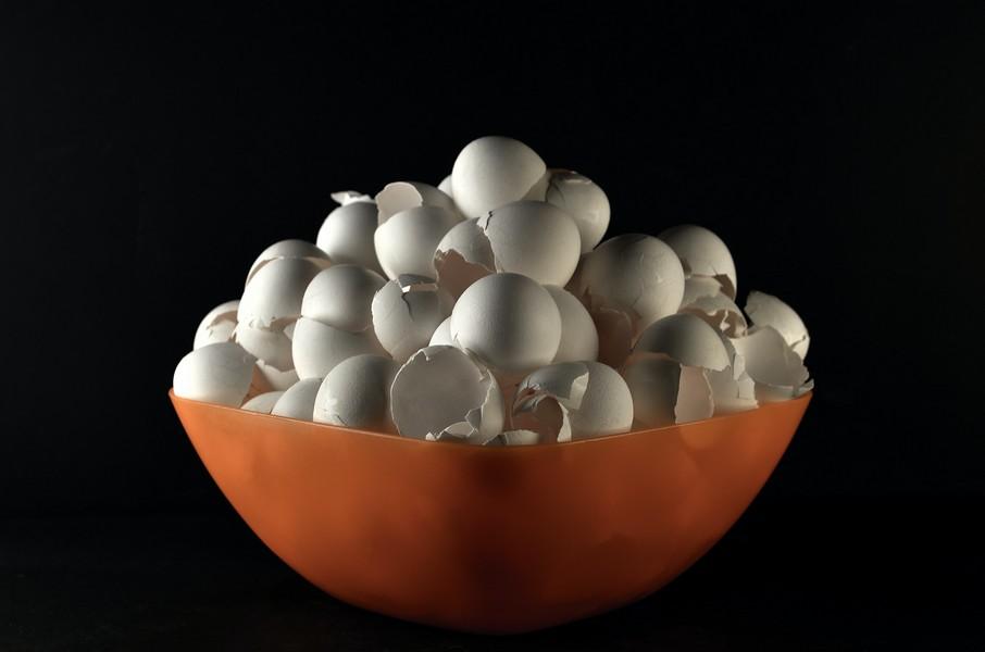 saladier rempli de coquilles d'œufs